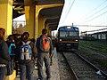 Jóvenes esperan el MetroTren en la Estación Rancagua, 2006.jpg