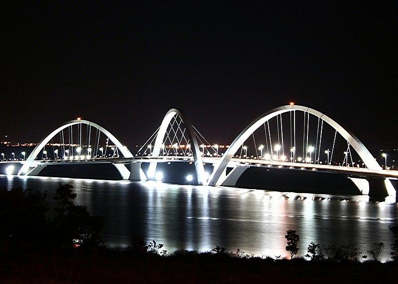 Ficheiro:JK bridge Brasilia lights.jpg