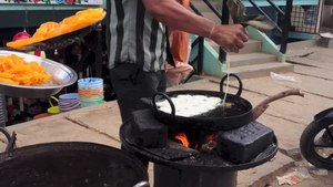 चित्र:Jalebi being prepared, Bangalore.webm