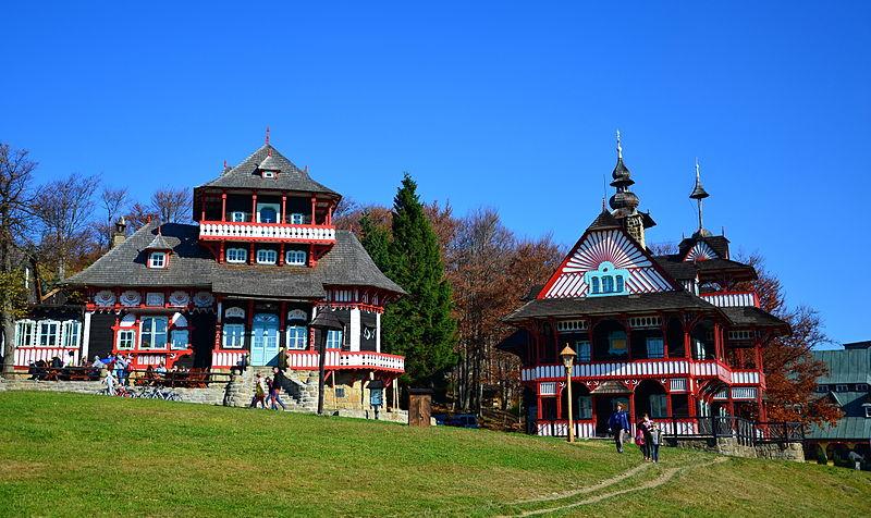 File:Jiná turistická stavba - areál Pustevny - Libušín a Maměnka06.JPG