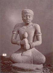 KITLV 87657 - Isidore van Kinsbergen - sculpture in Tjampea near Buitenzorg - Before 1900.tif