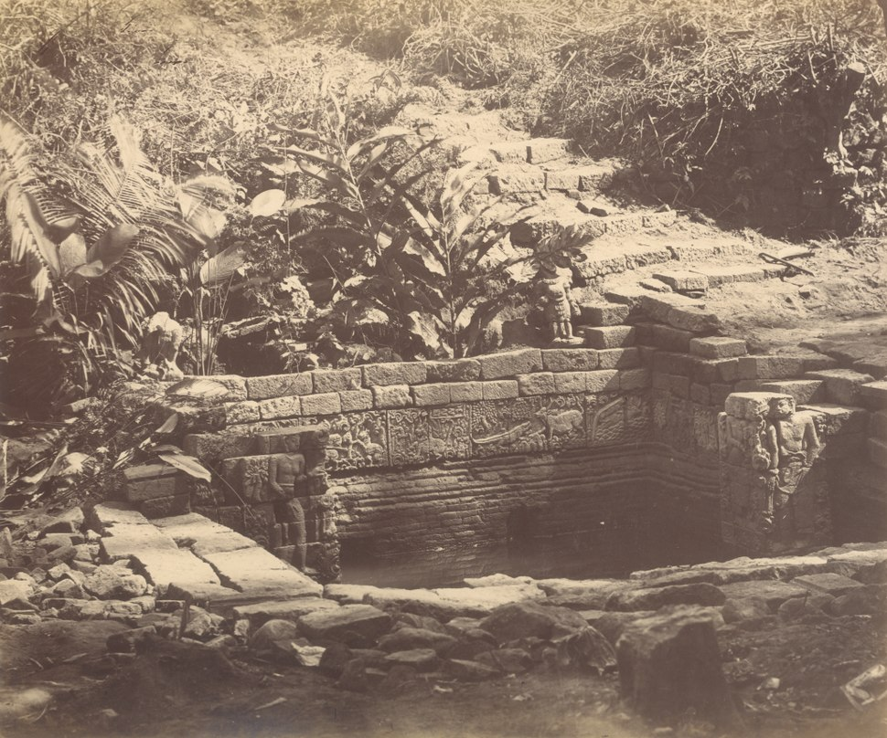 KITLV 87880 - Isidore van Kinsbergen - Bathing location near Tjandi Panataran near Blitar - Before 1900