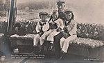 Kaiser Wilhelm II mit drei Enkeln in Kiel.jpg