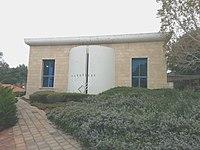 Kfar Vradim Zentralsynagoge m. Chanukkiah.jpg