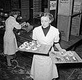Koks in een productie keuken bereiden grote hoeveelheden smørrebrød, Bestanddeelnr 252-9041.jpg