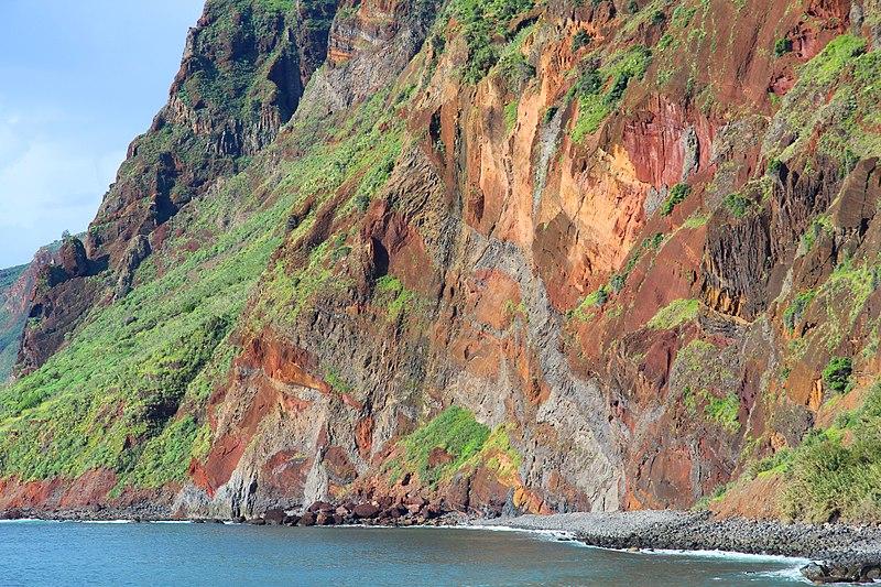 File:Komplexe vulkanische Gesteinsfolge, von Dykes durchschlagen, nordwestlich von Jardim do Mar, Madeira. Farbverstärkt.jpg