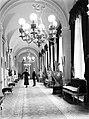 Koningin Astrid, op de rug gezien, in gesprek met een onbekende man in een gang , Bestanddeelnr 190-0635.jpg
