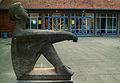 Kurt Lehmann Vogeltränke Sitzender Knabe mit Schale 1933 1953 Volksschule Bonner Straße 10 Montessori Bildungshaus Hannover Blick auf den Eingang.jpg