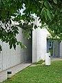 L'entrée du pavillon de conférences de Tadao Ando (Vitra, Weil am Rhein, Allemagne) (30776187897).jpg