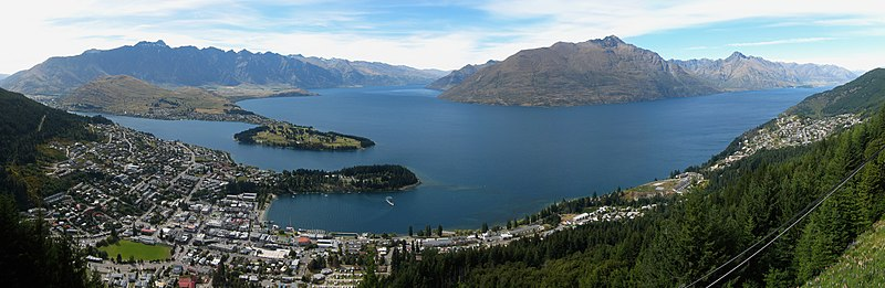 從皇后鎮纜車鳥瞰瓦卡蒂普湖。瓦卡蒂普湖呈一個消瘦的「S」型,附近被非常壯觀的群山環繞。(Avenue/Wikimedia Commons CC BY-SA 3.0)