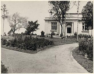 Marathon County Public Library - Image: Librarywithgarden