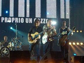 Ligabue durante il concerto Ellesette del 17 dicembre 2007