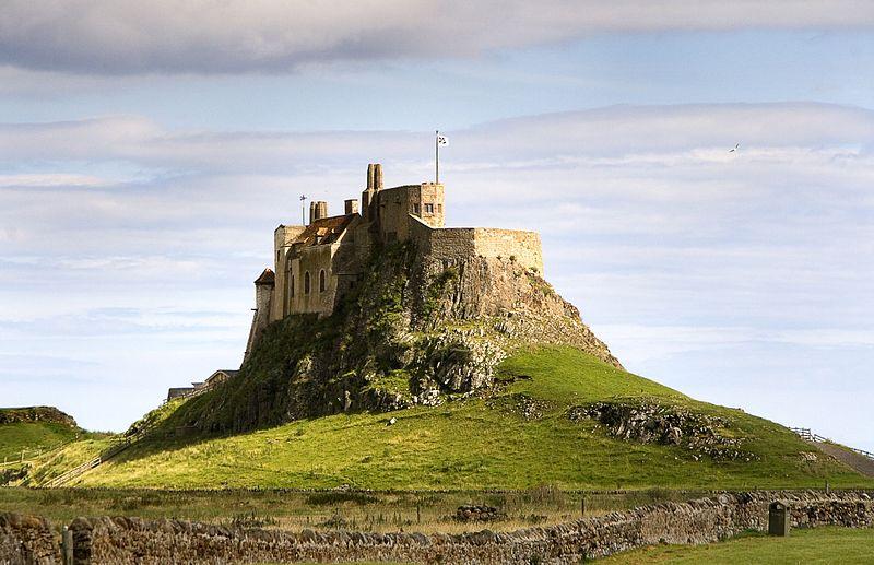 http://de.wikipedia.org/wiki/Lindisfarne_%28Insel%29#/media/File:LindisfarneCastleHolyIsland.jpg