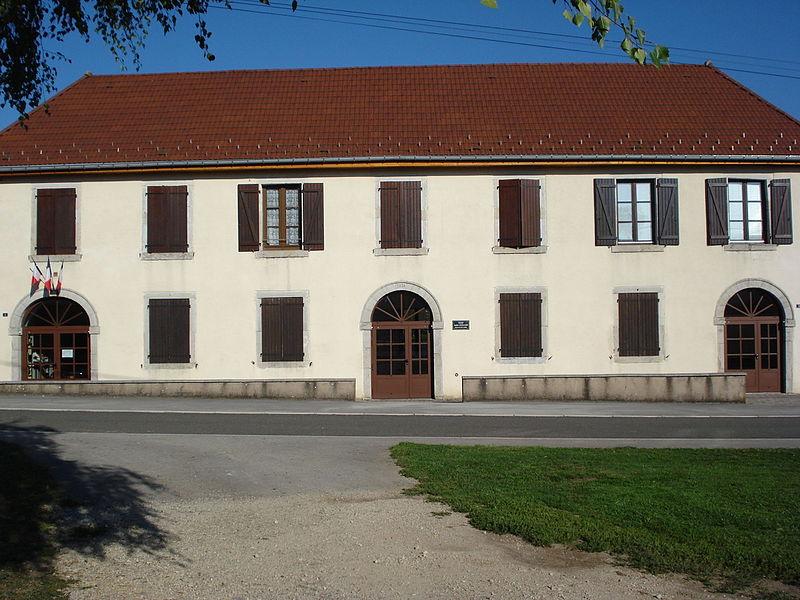 Mairie de Durnes, France. Vue d'ensemble du bâtiment.