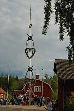 Traditionel majstangrejsning i Bakkens by, Skeberg.