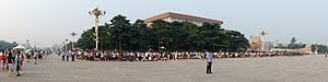 English: A queue to enter Mao Zedong Mausoleum...