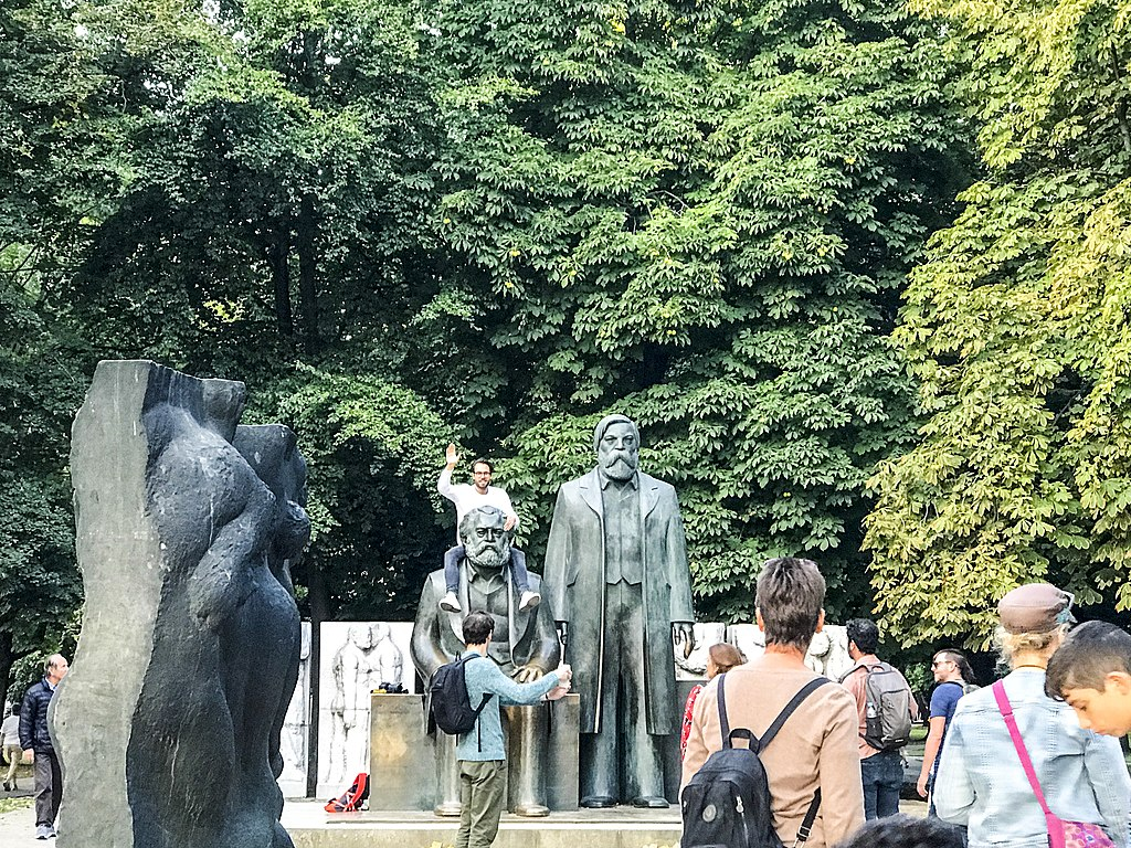 Marx and Engels statue in Berlin 03