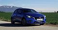 Mazda2 1.5 SKYACTIV-G 115 i-ELOOP Sports-Line Cyanitblau-Metallic Vorderansicht LED-Scheinwerfer.jpg