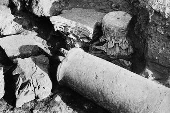 Monasteraki, kolonn med kapitäl in situ. Soli - SMVK - C00467.tif