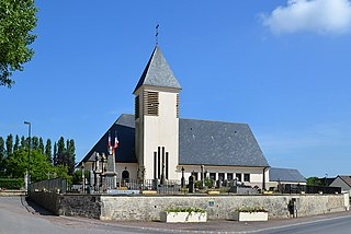 Monument aux Morts et église Saint-Julien du Mesnil-Patry.jpg