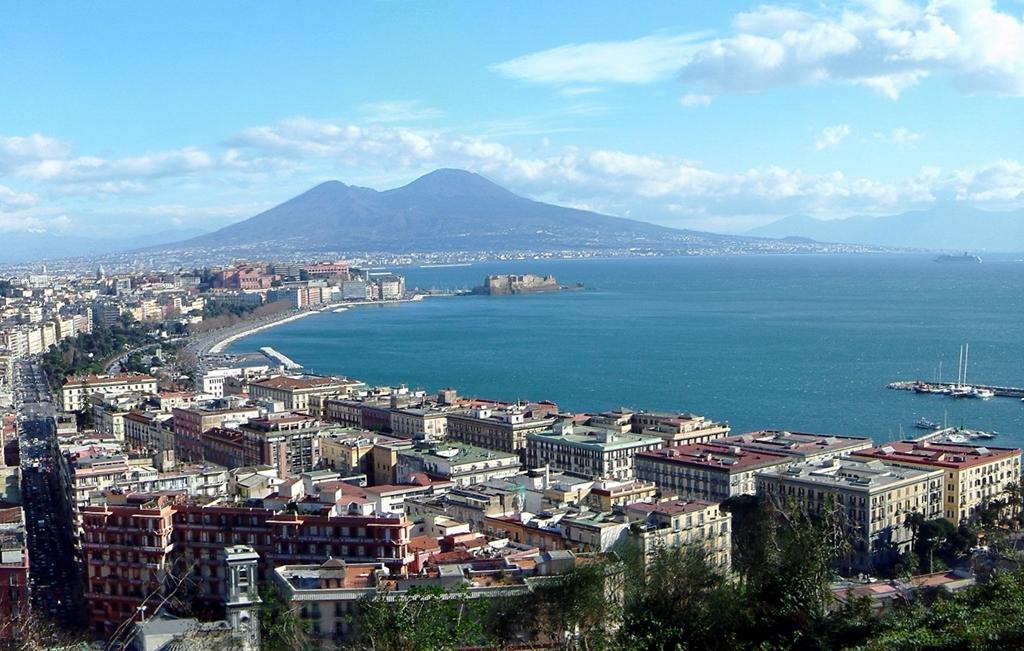 Venir à Naples en avion et profiter de la vue magnifique sur sa baie et le Vésuve.