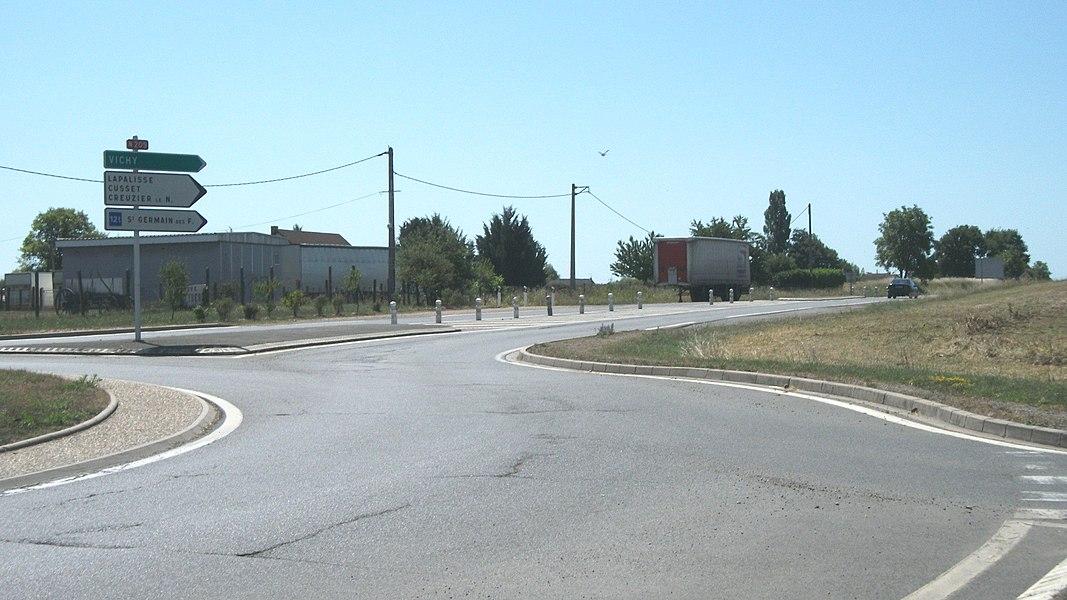 La route nationale 209 en direction de Vichy, depuis le rond-point N 209 - D 52, Champs Rosier (commune de Seuillet, Allier, Auvergne, France).