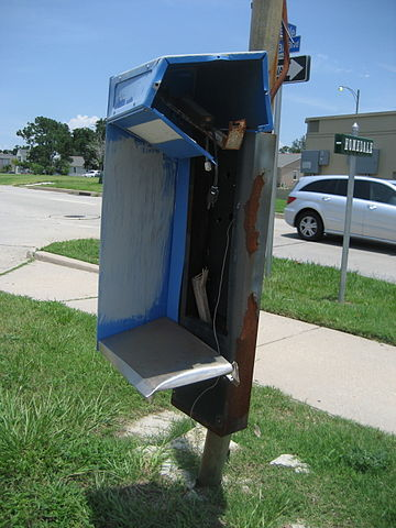 Broken Pay Phone By Infrogmation of New Orleans (Photo by Infrogmation) [GFDL (http://www.gnu.org/copyleft/fdl.html) or CC BY-SA 3.0 (https://creativecommons.org/licenses/by-sa/3.0)], via Wikimedia Commons