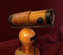 HISTOIRE DU TELESCOPE OPTIQUE 220px-NewtonsTelescopeReplica