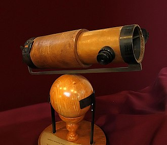 Replica of Newton's second reflecting telescope, which he presented to the Royal Society in 1672 NewtonsTelescopeReplica.jpg