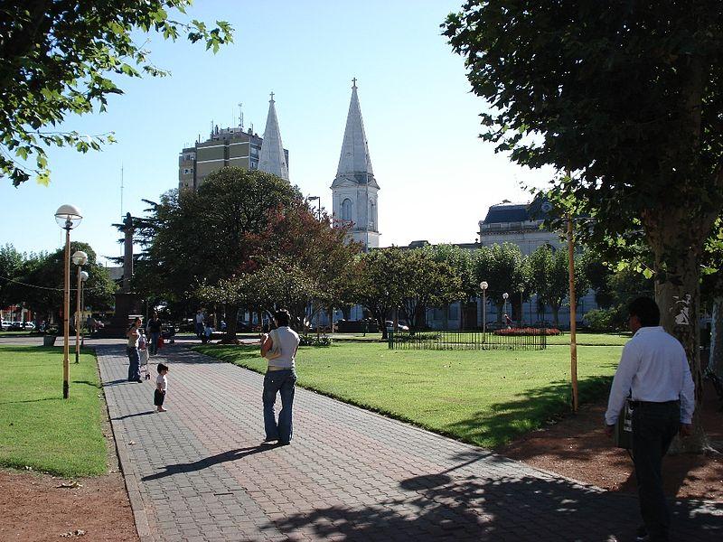 Plaza Coronel Olavarría ubicada en la Ciudad de Olavarría en la Provincia de Buenos Aires, Argentina. En el fondo se puede observar la Iglesia San José.