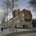 Overzicht op wooncomplex en de naar boven toe terugwijkende golvende gevelvlakken op de hoeken - Amsterdam - 20409341 - RCE.jpg