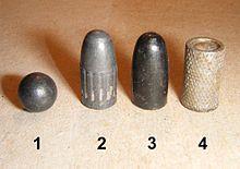 Pallottole calibro 9 mm.: 1 - Sferica in piombo per armi ad avancarica, 2 - Ogivale in piombo, 3 - Ogivale in piombo con rivestimento in teflon, 4 - A punta piatta (wadcutter) da tiro