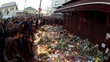 Raduno spontaneo di cittadini davanti al ristorante Le Carillon