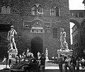 Piazza della Signoria, balra Michelangelo Dávid szobrának másolata a régi városháza, a Palazzo Vecchio bejáratánál. Fortepan 74986.jpg