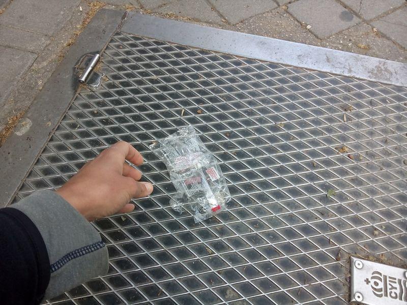 File:Picking up trash in Madrid.jpg