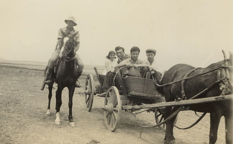 חברי קיבוץ על עגלה