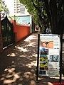 Placa com a indicação das Pegadas e ao fundo o MAPA-Museu de Arqueologia e Paleontologia de Araraquara. - panoramio.jpg