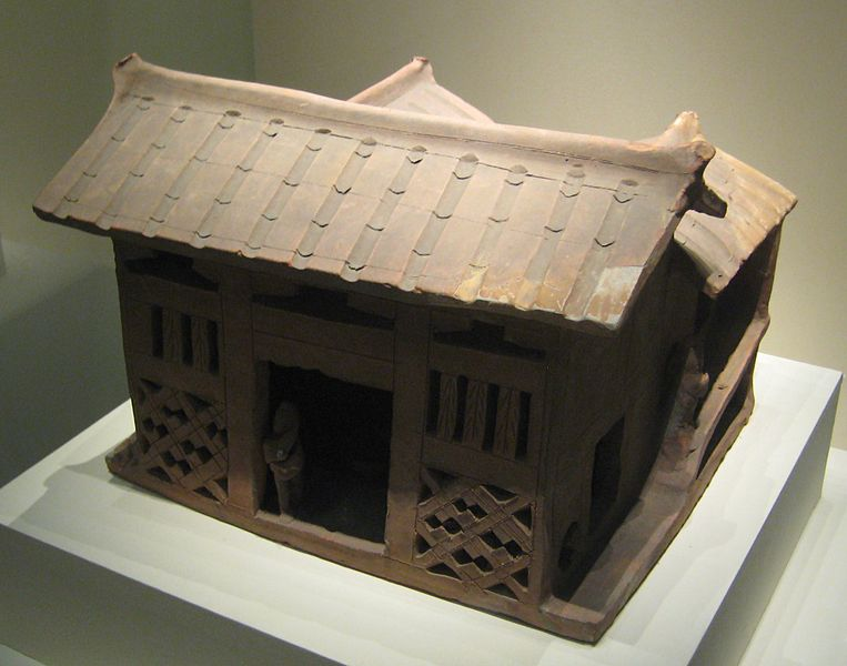 File:Pottery three-sided courtyard house.jpg