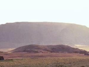 Ruine der Ahmose-Pyramide (im Vordergrund)