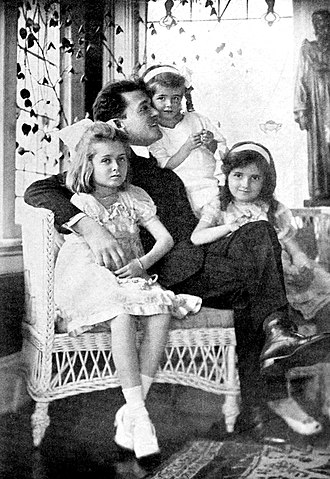 Richard Bennett in 1918 with his three daughters (from left), Constance, Joan and Barbara Richard-Bennett-Daughters.jpg