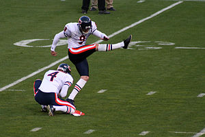 Holder (gridiron football) - Image: Robbie Gould kicking