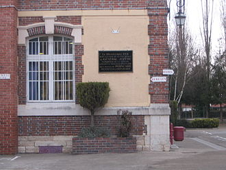 Grand Quartier Général (1914–1919) - A modern photograph of the GQG headquarters at Romilly-sur-Seine, a school, with plaque commemorating the awarding of the Médaille militaire to Joffre on 26 November 1914 by President Raymond Poincaré