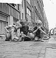 Rotterdamse jongetjes spelen op straat, Bestanddeelnr 912-8042.jpg