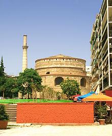 Μνημείο τεράστιας αρχαιολογικής αξίας η Ροτόντα της Θεσσαλονίκης. Αρχικά μαυσωλείο του Γαλερίου μετατράπηκε κατά τους βυζαντινούς χρόνους σε χριστιανικό Ναό προς τιμήν του Αγίου Γεωργίου.