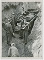 Saksa sõjavangid Klooga koonduslaagri ohvreid ühishauda matmas.jpg