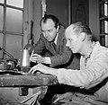 Sigvard Bernadotte bij een zilversmid die de door hem ontworpen koffiekan aan he, Bestanddeelnr 252-8883.jpg