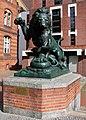 Skulptur Wilsnacker Str 5 (Moabi) Löwe seine Jungen gegen eine Schlange verteidigend&Albert Wolff&1895.jpg