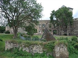Reste der Stadtburg Andernach 2008, Blick von Südost; der freie Platz hinter der Kugelpyramide stellt den ehemaligen Burghof dar, seinerzeit von Gebäuden und Burgmauer (Fundamentreste im Vordergrund) umgeben