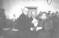 Starosta krośnieński Jan Ociepka wręcza akty nadania osadnikom 1946 - Krosno Odrzanskie.png