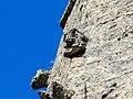 Têtes sculptées, trés érodées, sur le clocher.jpg